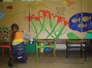 Vaikai piešia paveiksluos, kurias bus puošiami ligoninės interjerai
